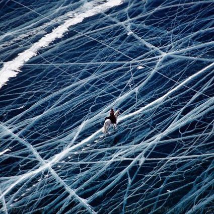Un cavalier sur le lac Laika en Sibérie (Russie). Crédits : Matthieu Paley pour National Geographic