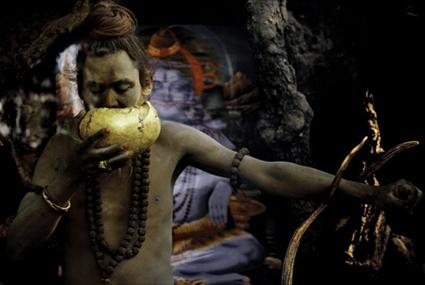 Sadhu Aghori buvant dans un crâne humain