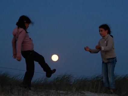 Manon et Romane jouent au foot avec la Lune, Laurent Laveder