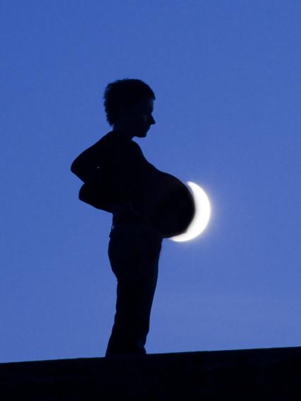 Le croissant lunaire surligne la croissance du ventre de Sabine (qui en réalité n'est pas enceinte du tout !). Laurent Laveder