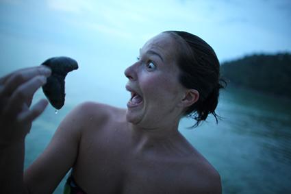 Les joyeuses retrouvailles entre un humain et un concombre de mer