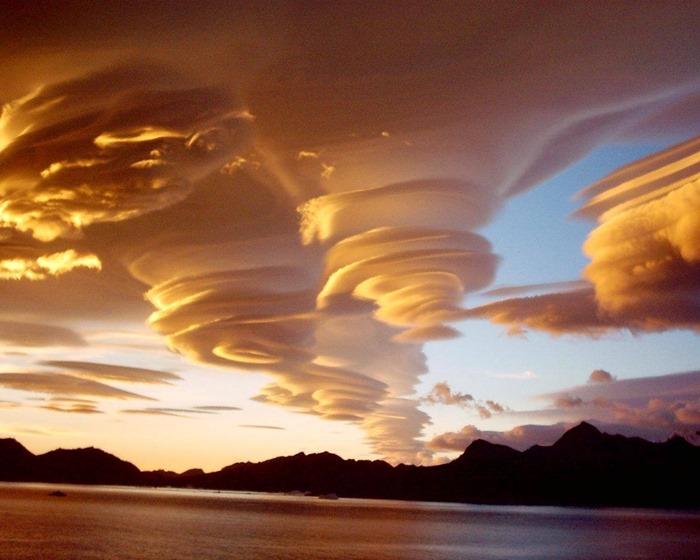 Des nuages lenticulaires (Altocumulus lenticularis) dans la baie de Cumberland, au dessus de la Géorgie du Sud-et-les îles Sandwich du Sud, Photographie par Paul Sutherland