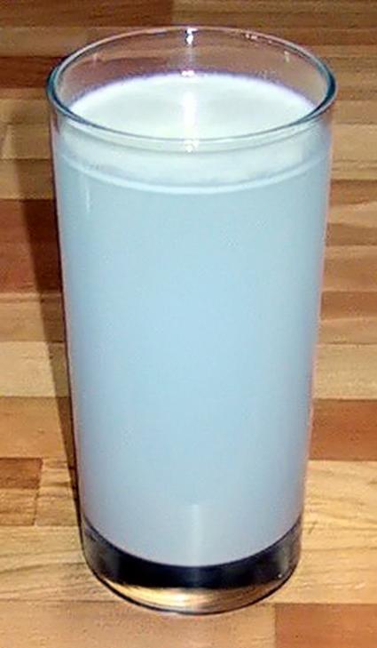 Dispersion de Tyndall observée avec de la farine en suspension dans un verre d'eau