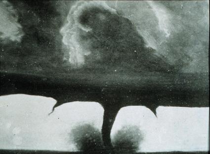 La plus ancienne photographie de tornade, prise le 28 août 1884 à Howard dans le Dakota du Sud